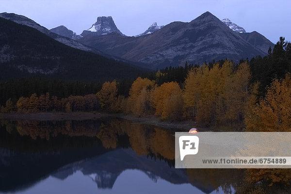 Zelt in der Nähe von Teich in den Bergen  Kananaskis Alberta.