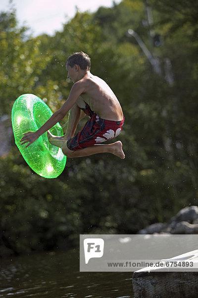 Junge - Person See springen Dock