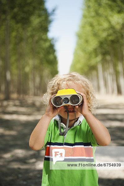 sehen Junge - Person Baum Bauernhof Hof Höfe blättern Fernglas 2-3 Jahre 2 bis 3 Jahre