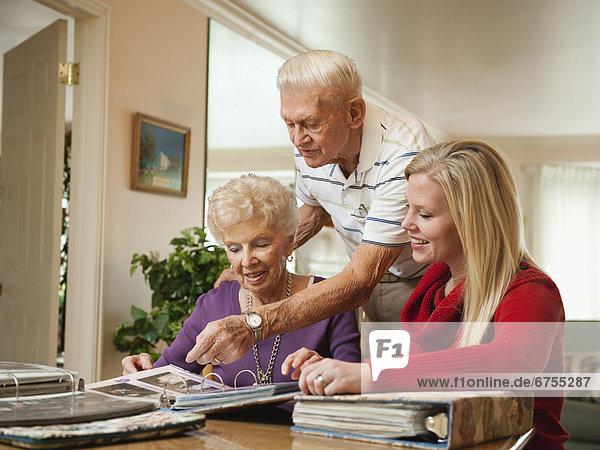 Senior Senioren Frau sehen Mittelpunkt Erwachsener
