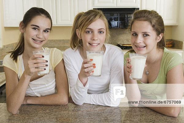 trinken  Mädchen  Jugendlicher  Milch