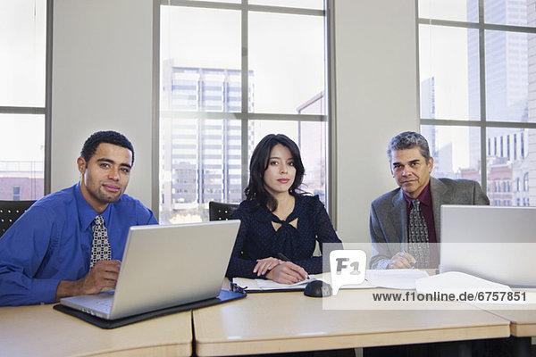 Wirtschaftsperson  multikulturell  Tisch