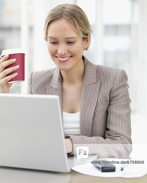 Geschäftsfrau  Notebook  arbeiten  Cafe