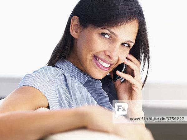 Frau Gespräch auf Handy