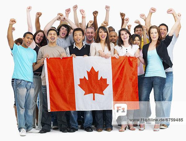Mensch  Menschen  Menschengruppe  Menschengruppen  Gruppe  Gruppen  halten  Fahne  kanadisch