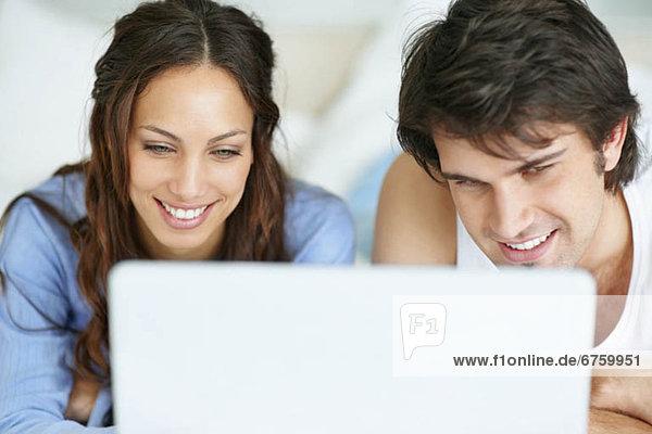 Paar Blick auf Laptop zusammen