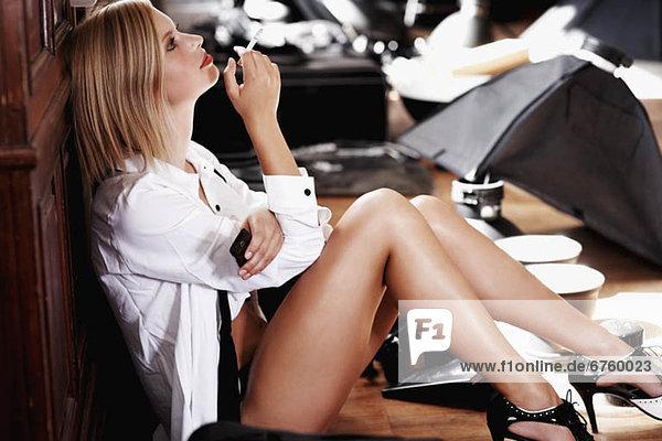 rauchen  rauchend  raucht  qualm  qualmend  qualmt  blond  Frau  Versuchung