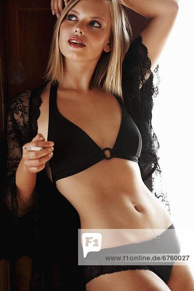 blond  Frau  Hingebung  schwarz  Unterwäsche  Kleidung