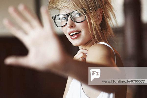 blond  Frau  halten