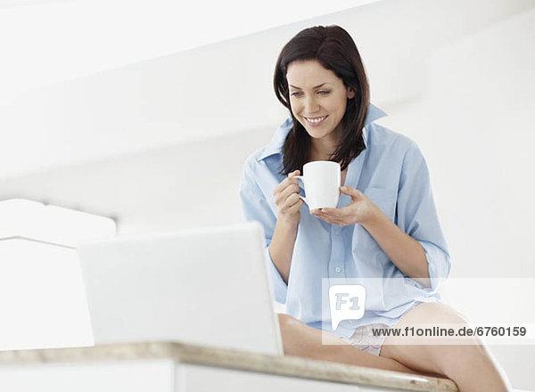 Frau  blättern  braunhaarig  Internet