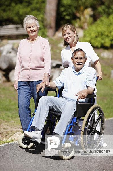 Frau  Mann  gehen  2  Rollstuhl