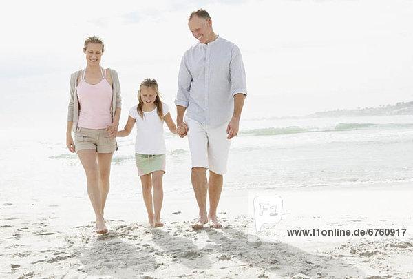 Strand  Menschliche Eltern  10-11 Jahre  10 bis 11 Jahre  Mädchen  spielen