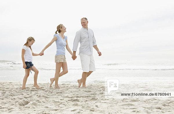 gehen  Strand  Menschliche Eltern  10-11 Jahre  10 bis 11 Jahre  Mädchen