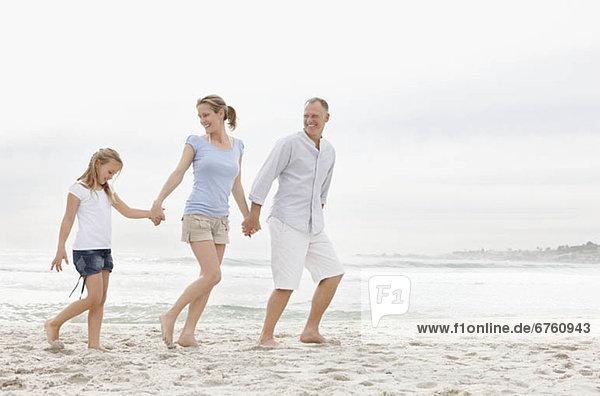 gehen  Strand  Menschliche Eltern  Tochter  10-11 Jahre  10 bis 11 Jahre