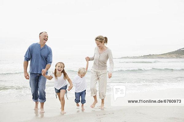 lächeln  gehen  Strand  halten