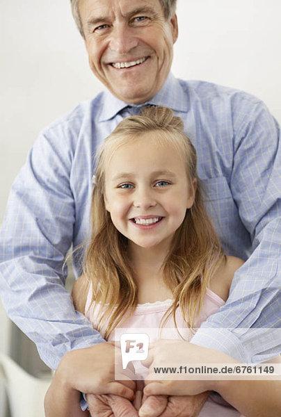 Portrait  lächeln  Enkeltochter  Großvater  10-11 Jahre  10 bis 11 Jahre
