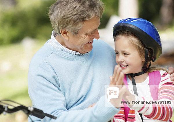 Fröhlichkeit  Enkeltochter  Großvater  10-11 Jahre  10 bis 11 Jahre