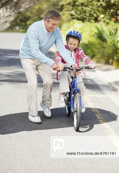Hilfe  fahren  Enkeltochter  Großvater  10-11 Jahre  10 bis 11 Jahre
