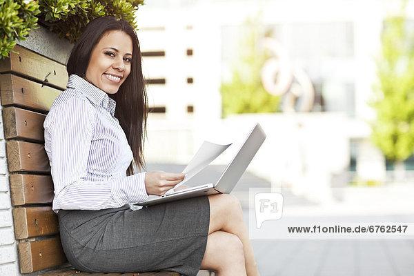 sitzend  benutzen  Portrait  Geschäftsfrau  Notebook  Sitzbank  Bank  jung