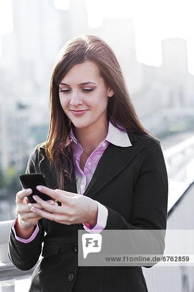 Vereinigte Staaten von Amerika  USA  senden  Geschäftsfrau  lächeln  Text  Nachricht  jung  Seattle