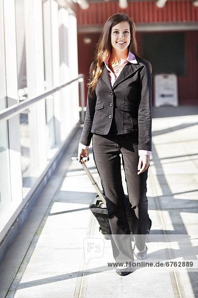 Geschäftsfrau  lächeln  gehen  Koffer