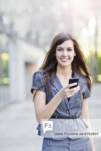 Handy  stehend  benutzen  Frau  Eleganz  Kurznachricht  jung