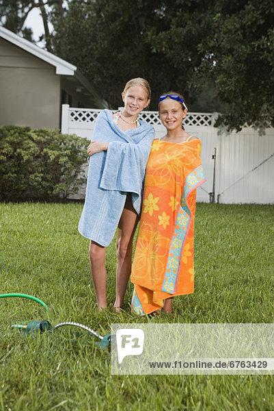 Handtuch Rasen Verpackung Mädchen umwickelt