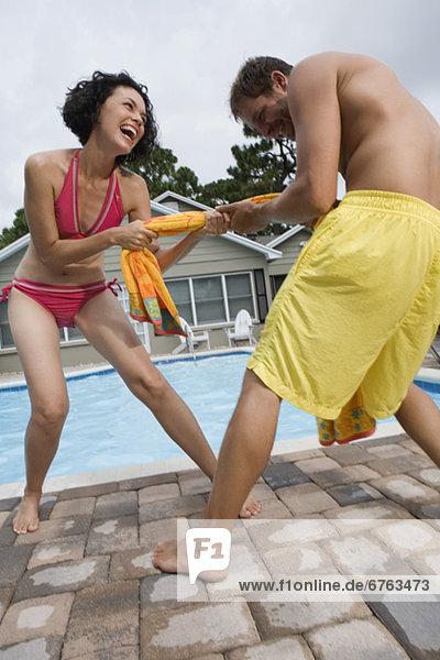Handtuch spielen Tauziehen