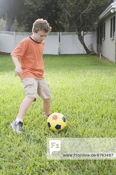 Junge - Person Garten Fußball Hinterhof spielen