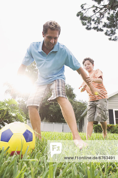 Menschlicher Vater Sohn Garten Fußball Hinterhof spielen
