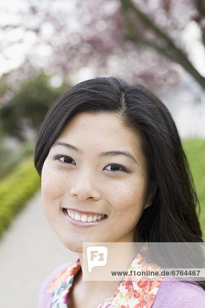 Junge Frau im Park  Portrait