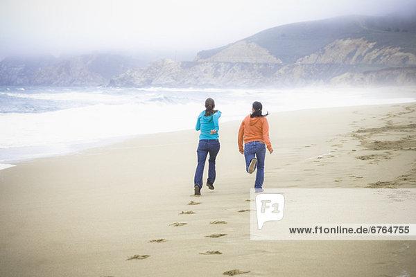 Freundschaft  Strand  2  Mädchen