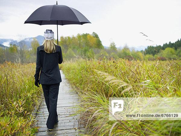 Tag  gehen  Mensch  Regen  Holzweg
