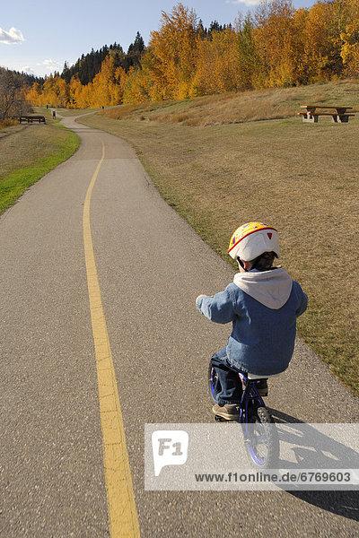 Junge - Person  radfahren  Weg  Kleidung  Alberta  Helm  Entspannung