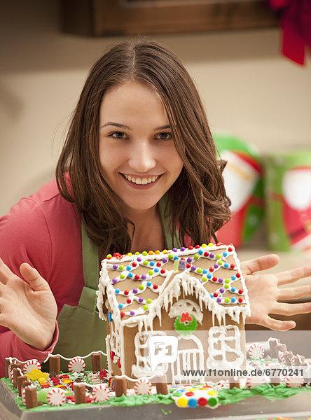 junge Frau junge Frauen Lebkuchenhaus Portrait Küche