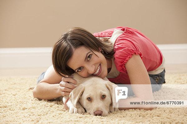 Portrait  Frau  umarmen  Teppichboden  Teppich  Teppiche  Labrador
