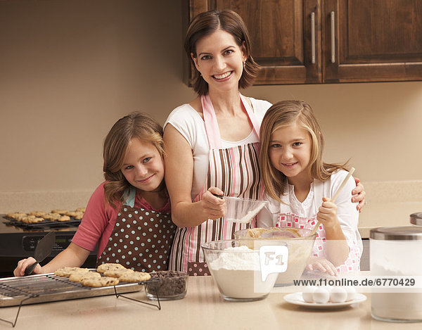 Portrait Küche backen backend backt Tochter 10-11 Jahre 10 bis 11 Jahre Mutter - Mensch