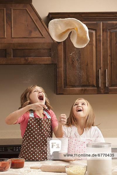 werfen  Küche  2  Mädchen  10-11 Jahre  10 bis 11 Jahre  Teig