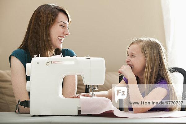 Vereinigte Staaten von Amerika USA junge Frau junge Frauen benutzen Maschine 5-9 Jahre 5 bis 9 Jahre Mädchen nähen