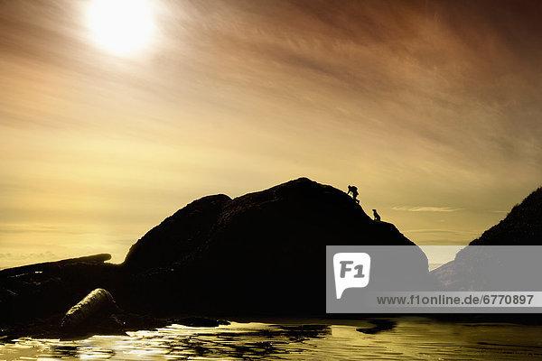 Mann Hügel Ozean Hund Kanada klettern Long Beach Vancouver Island