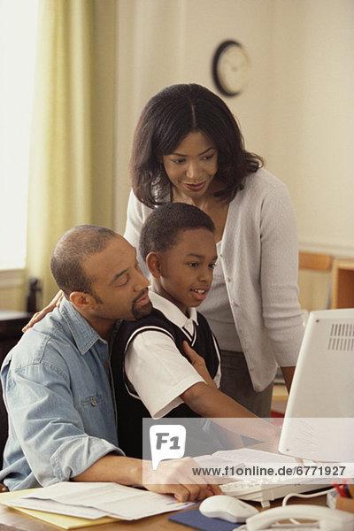 Zusammenhalt Computer sehen Junge - Person Menschliche Eltern