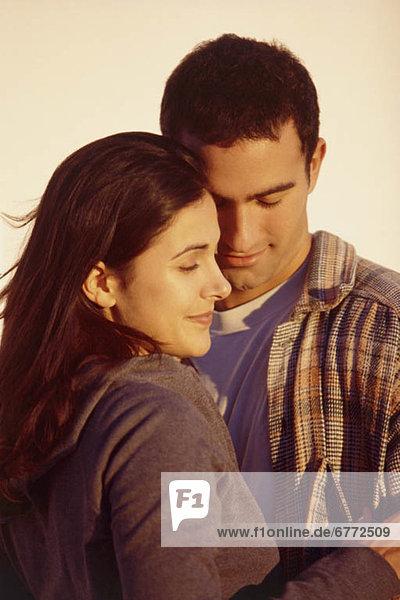 Paar umarmt sich
