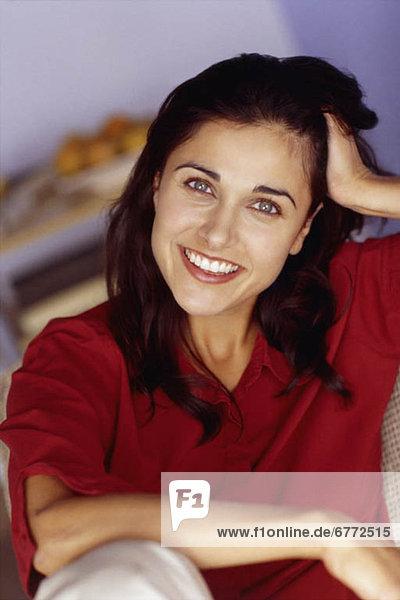Frau lächeln braunhaarig