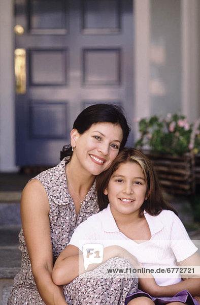 sitzend Wohnhaus frontal Tochter Mutter - Mensch