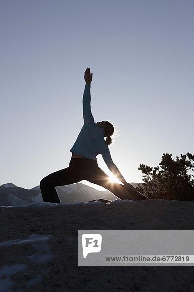 Woman doing Yoga im freien