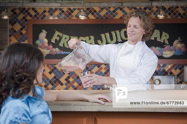 Getränk  eingießen  einschenken  Bar  Saft  Barkeeperin