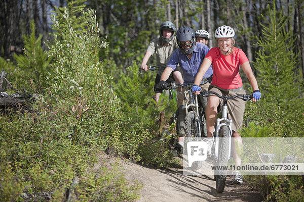 Berg  Fröhlichkeit  Mensch  5  Menschen  Menschengruppe  Menschengruppen  Gruppe  Gruppen  radfahren  Fernie  British Columbia  British Columbia  Kanada