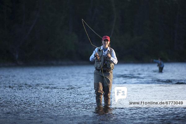Portrait  Frau  Fluss  angeln  Fernie  British Columbia  British Columbia  Kanada