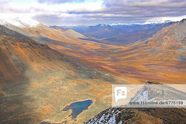 stehend  Berg  über  Tal  wandern  Herbst  Tombstone Territorial Park  Yukon