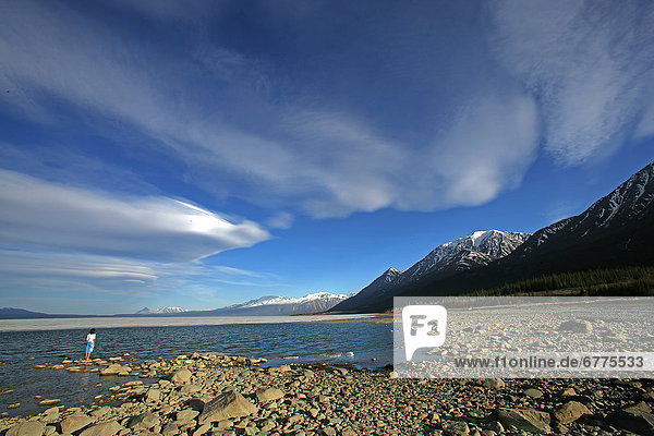 Felsbrocken  stehend  Frau  Wolke  unterhalb  See  vorwärts  Kluane Nationalpark  Yukon
